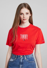 Tommy Jeans - EMBROIDERY GRAPHIC TEE - T-shirt imprimé - flame scarlet - 0