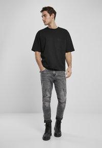 Urban Classics - HEAVY BOXY POCKET TEE - T-shirt - bas - black - 1