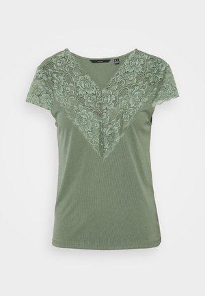 VMPHINE CAP SLEEVE - Print T-shirt - laurel wreath