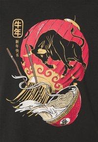 Cotton On - T-shirt med print - black/lantern - 2