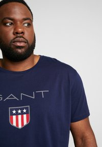GANT - PLUS SHIELD - T-shirt med print - evening blue - 5