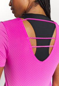 Nike Performance - BREATHE - Camiseta estampada - fire pink/reflective silver - 5