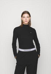 Tommy Jeans - MOCK NECK LONGSLEEVE - Long sleeved top - black - 0