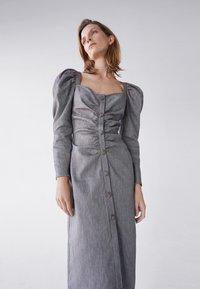 Uterqüe - MIT SCHMUCKKNOPF - Shirt dress - grey - 3