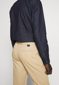 PS Paul Smith - MENS MID FIT STITCHED CHINO - Chinos - camel - 3