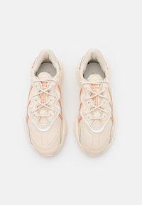 adidas Originals - OZWEEGO  - Baskets basses - white - 2