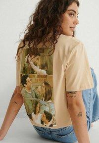 NA-KD - Print T-shirt - beige more than friends - 3