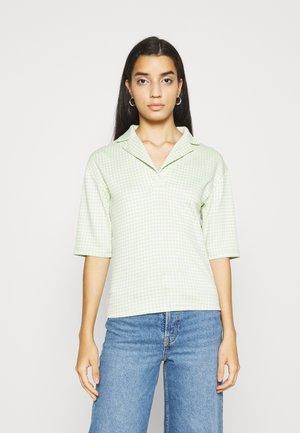 LAPELS BOXY WITH OVERSIZED SLEEVES - Print T-shirt - pistachio/multi