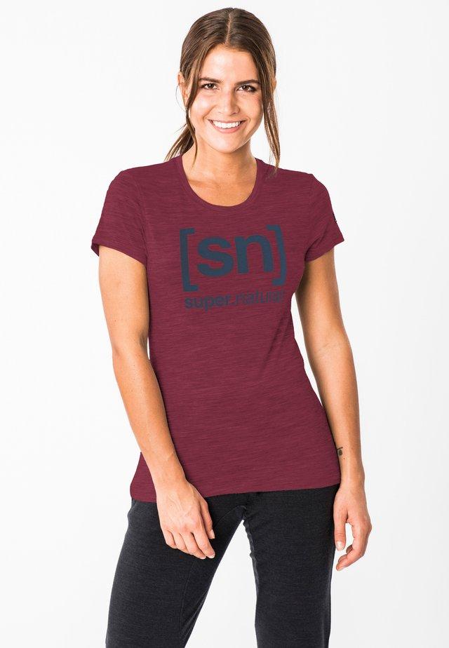 W ESSENTIAL  - Print T-shirt - rubinrot