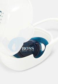 BOSS Kidswear - PACIFIER+CLIP+BOX BABY SET - Řetízek na dudlík - navy - 5