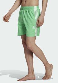 adidas Originals - 3-STRIPES SWIMS ORIGINALS ADICOLOR PRIMEGREEN SWIM SHORTS - Zwemshorts - green - 0