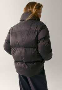 Massimo Dutti - OVERSIZE-STEPPJACKE - Winter jacket - brown - 2