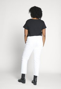 Kaffe Curve - KCMARIA CROPPED JEANS - Jeans Tapered Fit - chalk - 2