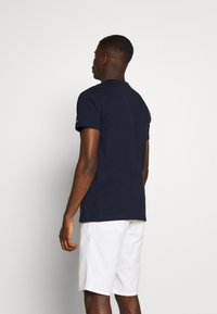 Tommy Jeans - CONTRAST POCKET TEE - T-shirts print - twilight navy/white - 2