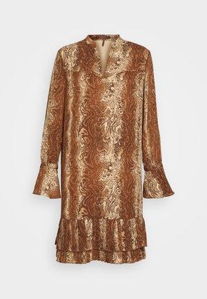 SHORTER LENGTH DRESS WITH PLEATED HEM - Korte jurk - brown