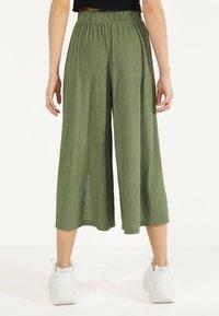Bershka - MIT WEITEM BEIN - Pantalon classique - green - 2