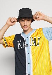 Karl Kani - COLLEGE BLOCK PINSTRIPE BASEBALL  - Print T-shirt - yellow - 3