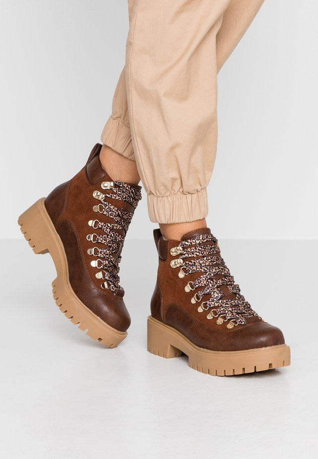 LODGE - Ankle boots - cognac paris