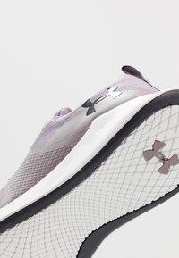 Under Armour - CHARGED AURORA - Sportschoenen - slate purple/white/blackout purple - 5