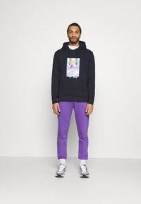 Urban Threads - COLOUR POP RELAXED JOGGER UNISEX - Träningsbyxor - purple - 1