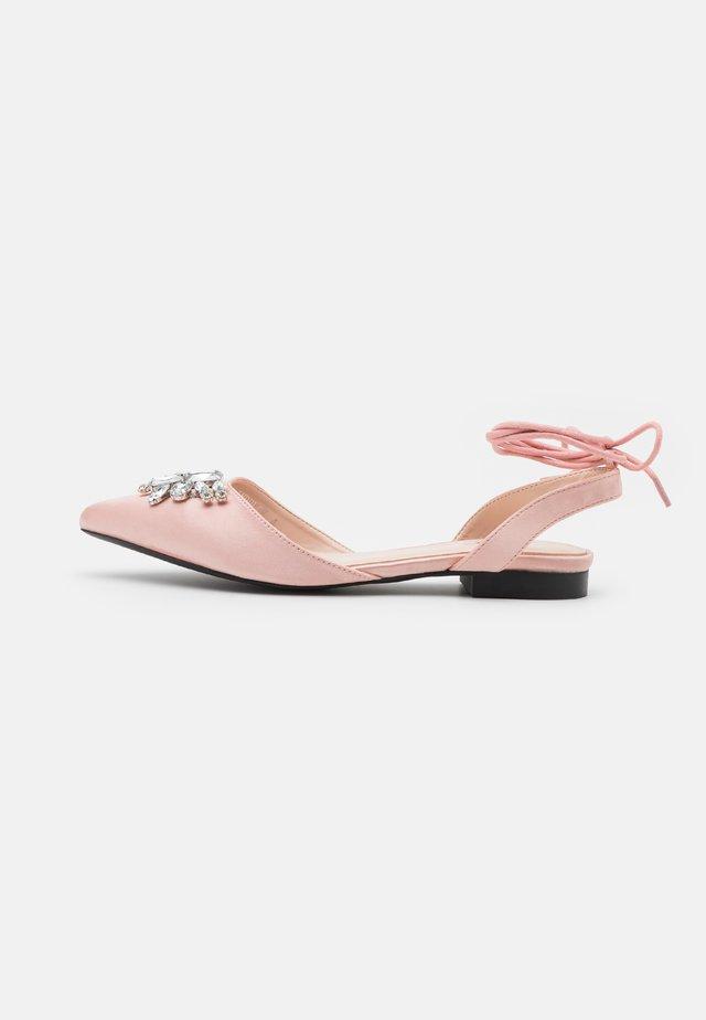 INDULGE - Ballerinat nilkkaremmillä - pink