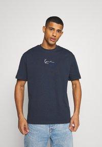Karl Kani - SMALL SIGNATURE TEE UNISEX - Print T-shirt - navy - 0