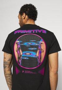 Primitive - SYSTEMS TEE - Print T-shirt - black - 4