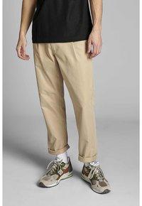 Anerkjendt - ANTWILL PANTS - Pantalones chinos - incense - 0