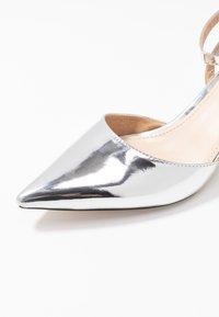 BEBO - VINCE - Klassiske pumps - silver metallic - 2