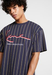 Karl Kani - SIGNATURE PINSTRIPE TEE - Camiseta estampada - navy/yellow/red - 4