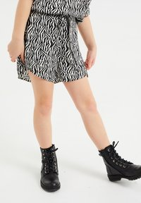 WE Fashion - Shorts - all-over print - 1