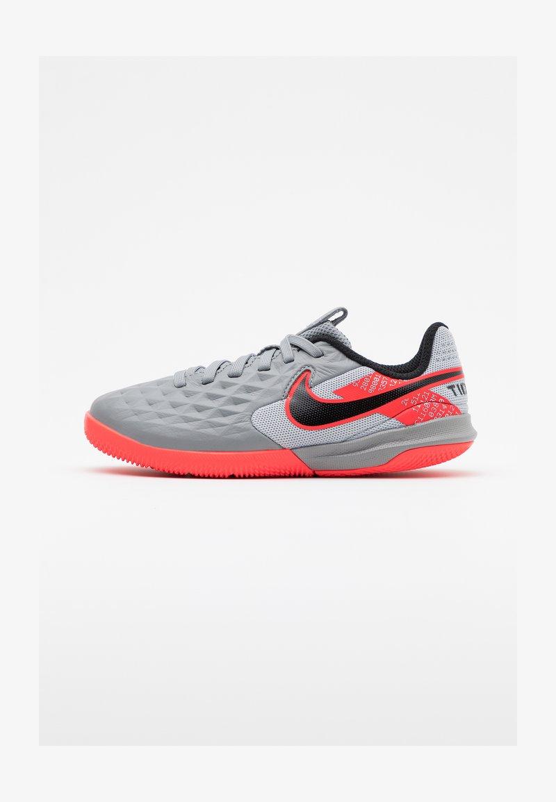 Nike Performance - TIEMPO JR LEGEND 8 ACADEMY IC UNISEX - Indoor football boots - metallic bomber grey/black/particle grey