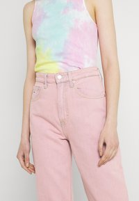 Tommy Jeans - MOM ULTRA - Relaxed fit jeans - pink daisy - 3