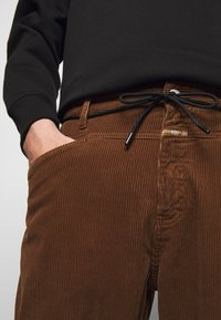 CLOSED - X-LENT TAPERED - Pantalon classique - chocolate brown - 7