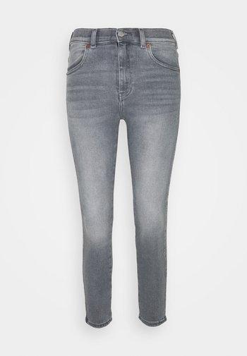 LEXY - Vaqueros pitillo - washed light grey