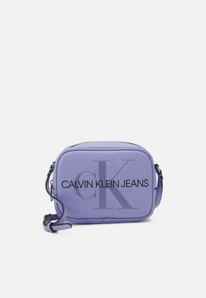 CAMERA BAG - Taška spříčným popruhem - lilac