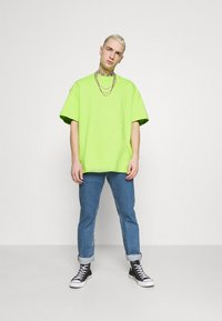 Weekday - GREAT - Camiseta básica - green bright - 1