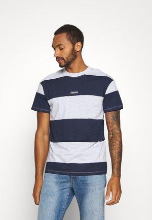 JORSCAPET TEE CREW NECK - Print T-shirt - navy blazer