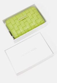 MICHAEL Michael Kors - JET SET CARD CASE - Wallet - lime - 3