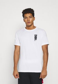 Nike Performance - DRY EXTRA BOLD TEE - Camiseta estampada - white - 0