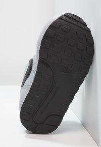 Nike Sportswear - MD RUNNER  - Sneakers laag - wolf grey/black/white - 5