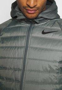Nike Performance - Giacca sportiva - smoke grey/smoke grey/black - 5
