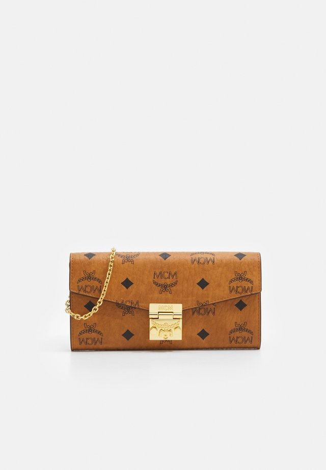 PATRICIA VISETOS FLAP WALLET TWO FOLD LARGE - Lompakko - cognac