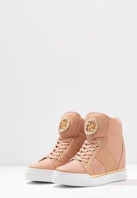 Guess - FREETA - Sneakers high - blush - 4