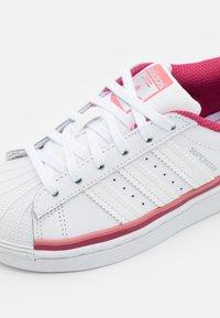 adidas Originals - SUPERSTAR UNISEX - Joggesko - footwear white/hazy rose - 5
