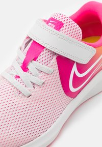 Nike Performance - STAR RUNNER 2 SUN UNISEX - Neutral running shoes - platinum tint/summit white/hyper pink/speed yellow - 5