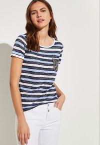 comma casual identity - MIT SCHMUCK-APPLIKATION - Print T-shirt - marine - 0