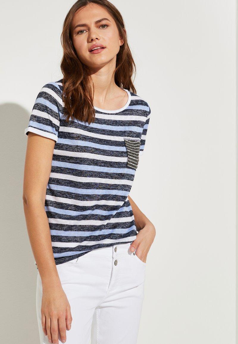comma casual identity - MIT SCHMUCK-APPLIKATION - Print T-shirt - marine