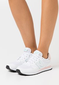 New Balance - GW500 - Zapatillas - white/rosa - 0