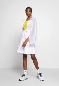 Nike Sportswear - SHORT UP IN AIR - Áčková sukně - white/light smoke grey - 1